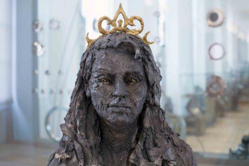 Princesse Sara - Grès enfumé, pigment acrylique, couverture de survie, plastique