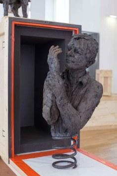 Qu'en ressort-il (avec Yves W.) - grès enfumé, amortisseur de voiture - Musée des Arts et Métiers