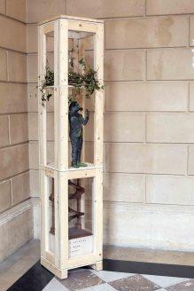 Rêve de lierre (avec Nathalie G.) - grès enfumé, carafe en verre, lierre, maquette d'escaliers